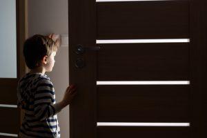 ילד שמסתכל בדלת