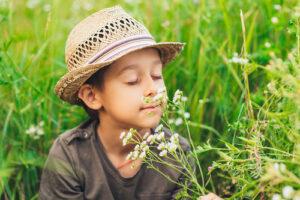 ילד מריח פרח