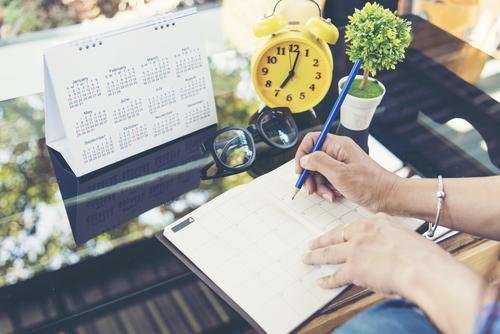 יד כותבת ביומן