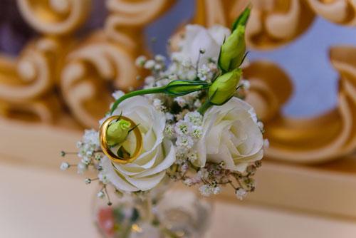 טבעת נישואין על פרחים