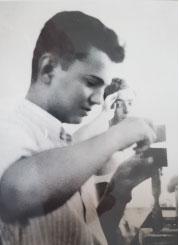 """אליקים גצל ז""""ל גולדברג. מחלוצי תעשיית היהלומים בישראל, בבית המלאכה לניסור, ביקוע וליטוש אבני גלם."""