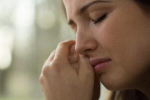 בחורה בוכה