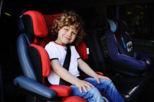 ילד בכיסא בטיחות