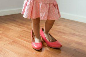 ילדה עם נעליים גדולות מדי