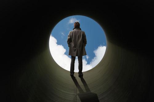 אדם עומד מול עיגול