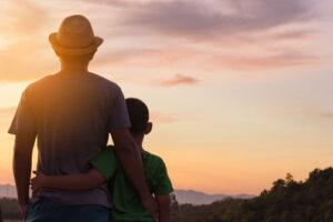 אב ובן בשקיעה