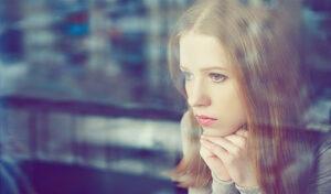 אישה מביטה בחלון