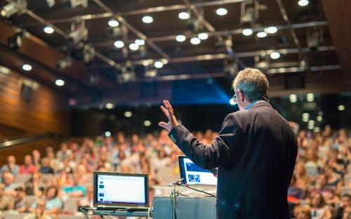 איש מדבר מול קהל
