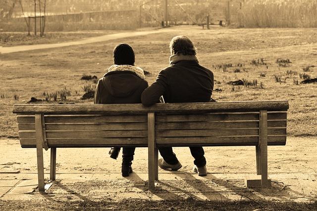 2 אנשים יושבים על ספסל