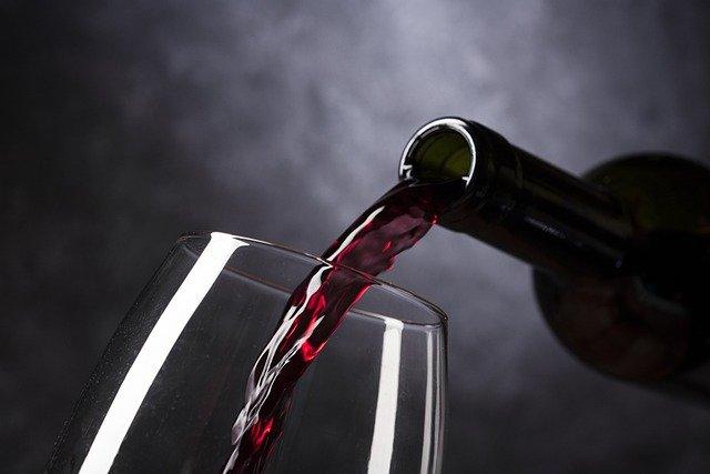בקבוק יין מוזג לכוס