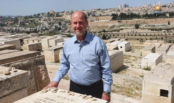 ישראל גולדברג על קברו של אביה גולדברג